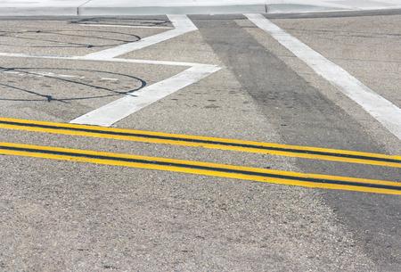 d�tection: Doubles lignes jaunes et de la chauss�e capteurs de boucle de d�tection de v�hicules lignes et des d�tecteurs inductifs circulaires marquage routier peints int�gr�s dans l'asphalte