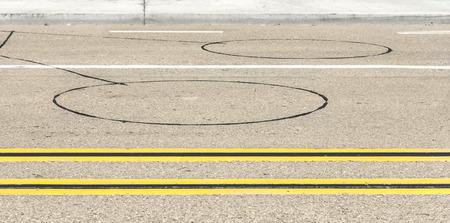 d�tection: V�hicule routier boucle de d�tection des capteurs et des marquages ??routiers d�tecteurs inductifs circulaires int�gr�s dans l'asphalte Deux s�ries de doubles lignes jaunes de division de la rue