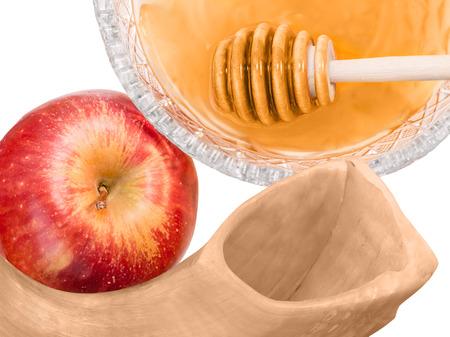 manzana roja: Año Nuevo judío vacaciones shofar manzana y miel aislados en fondo blanco Rosh Hashaná manzana roja madura entera, un tazón de cristal de miel con el palillo del cazo, shofar. De arriba hacia abajo vista, bien cultivada, cerca de la foto.