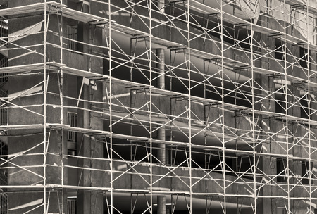 anuncio publicitario: Nuevo tema de desarrollo urbano de la construcción de edificios comerciales sitio de andamios. foto en blanco y negro.