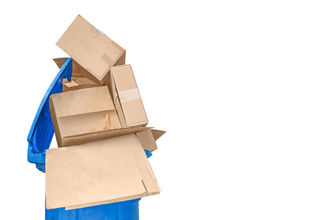 recycle reduce reuse: El reciclaje de abrir las cajas vac�as azul papelera de reciclaje de pl�stico lleno de cajas de embalaje de cart�n marr�n vac�as apiladas. Aislado en un fondo blanco. Copyspace.