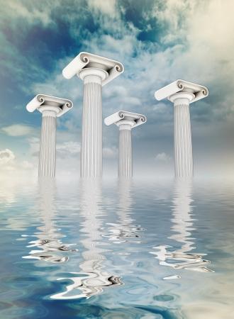 �ber Wasser: vier S�ulen in der antiken griechischen Ionischen Stil flott auf Stadtbild backgroung mit blauen bew�lkten Himmel Lizenzfreie Bilder