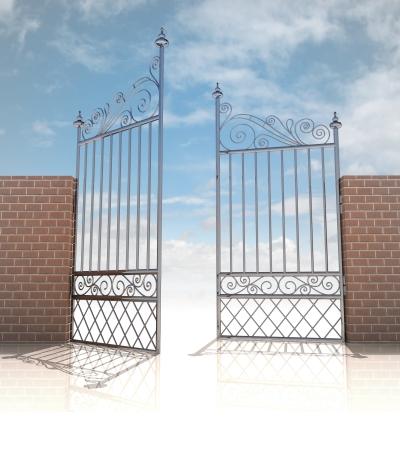 cielos abiertos: puerta de hierro brillante en la ilustraci�n del concepto fuerte pared de ladrillo Foto de archivo