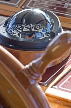 capitan de barco: Br�jula y el tim�n de un yate  Foto de archivo
