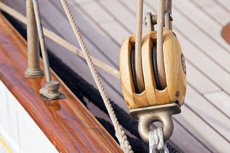 polea: Detalle de un velero de madera: la polea con las cuerdas