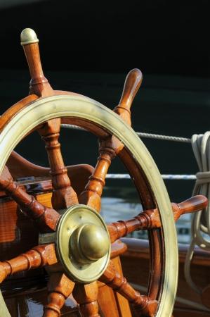 timon barco: De madera y lat�n del tim�n de un barco de �poca Foto de archivo