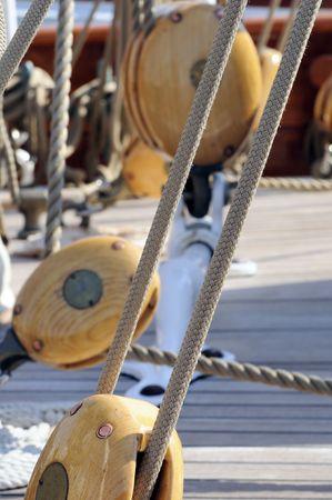 poleas: Poleas de vela y cuerdas de un velero de cosecha Foto de archivo
