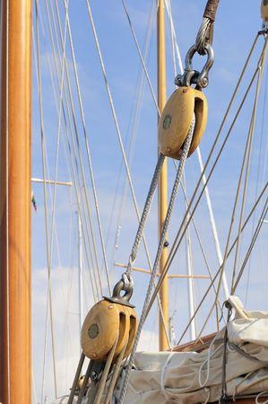 pulleys: Detalle de cuerdas y poleas de un velero de madera Foto de archivo