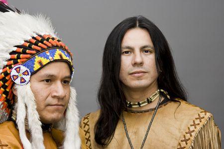 head-dress: Portret dwóch Rdzenni Amerykanie w studio