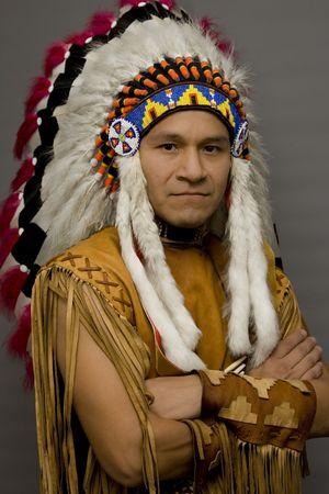 indigenas americanos: Retrato de un nativo americano en un estudio Foto de archivo