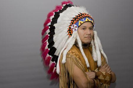 capo indiano: Ritratto di un nativo americano in uno studio Archivio Fotografico
