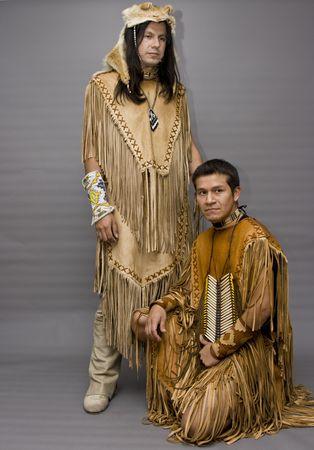 Retrato de dos nativos americanos en un estudio