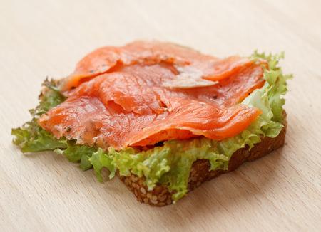 salmon ahumado: Sandwich con salmón ahumado Foto de archivo