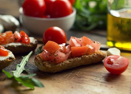 comida italiana: Bruschetta sobre tostadas Baguettes Foto de archivo