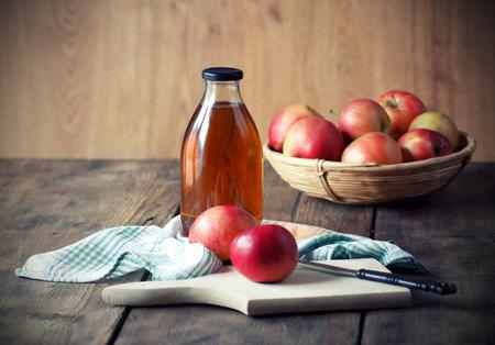 manzana: Las manzanas y jugo de manzana Foto de archivo