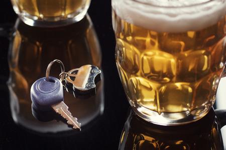 tomando alcohol: Beber y conducir  Foto de archivo