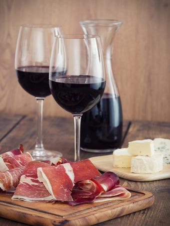 Jamón en rodajas con vino tinto y aceitunas Foto de archivo - 32940138