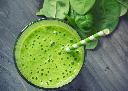 légumes vert: Épinards smoothies Banque d'images
