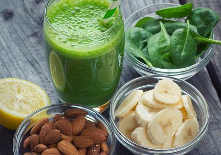 licuado de platano: Licuado saludable fresca verde con frutas y verduras Foto de archivo