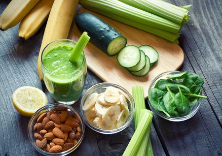 legumes: Smoothie vert frais et sain avec des fruits et l�gumes
