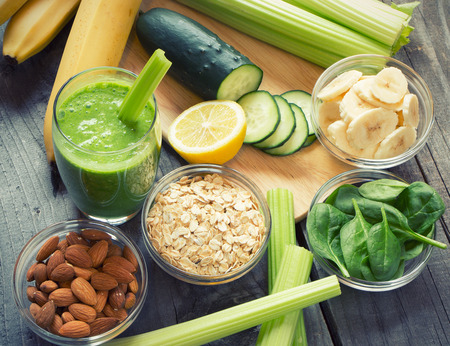 batidos de frutas: Licuado saludable fresca verde con frutas y verduras Foto de archivo