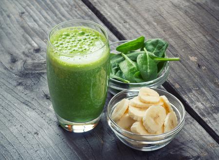 espinacas: Licuado saludable fresca verde con frutas y verduras Foto de archivo