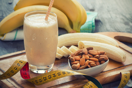 mleka: Świeże dokonane Banana smoothie na drewnianym tle