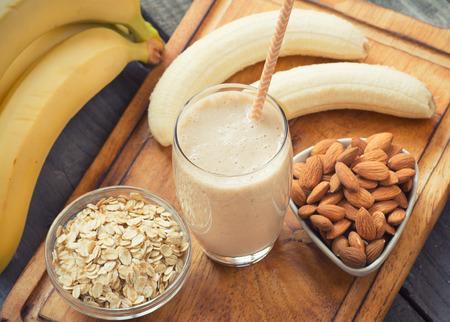 colazione: Fresca fatta frullato di banana su sfondo di legno