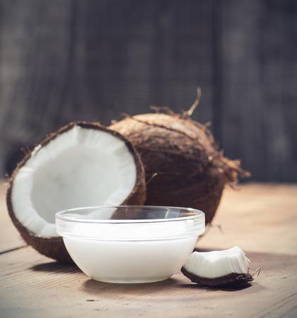 noix de coco: Noix de coco et l'huile de noix de coco biologique dans un bocal de verre