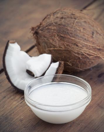 Kokosnoten en biologische kokosolie in een glazen pot