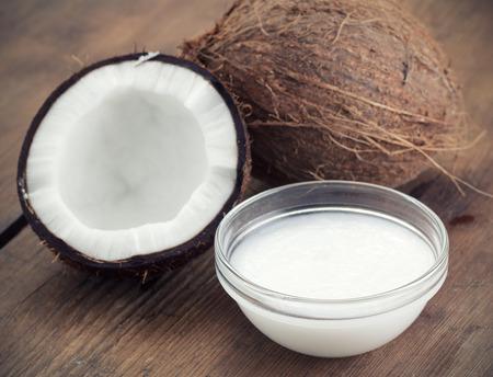 aceite de coco: Cocos y aceite de coco orgánico en un tarro de cristal