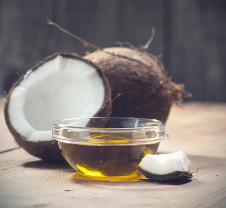 coco: Cocos y aceite de coco orgánico en un tarro de cristal