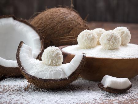 Zelfgemaakte coconut snoep en verse kokosnoot Stockfoto