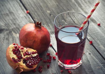 新鮮な果物のザクロ ジュースのガラス