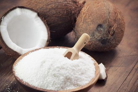 Close-up van een kokosnoot en geaard kokosnotenvlokken Stockfoto
