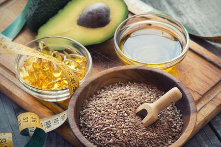 Bronnen van omega-3 vetzuren: lijnzaad, avocado, olie capsules en lijnzaadolie