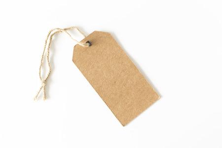 Leeg bruin kartonprijskaartje op witte achtergrond.