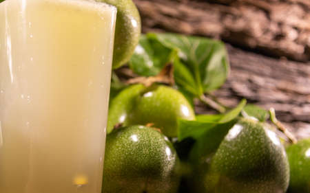 Fresh fruits and passion fruit juice (Passiflora edulis). Semi-woody climbing plant, native to southeastern Brazil and other countries in South America, the Caribbean and Asia, Africa, India and Australia. Standard-Bild