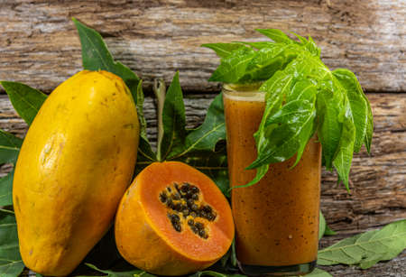 Fruits and juice of Carica papaya. Corresponds to the species of tropical fruit that produces the fruits known by the trade names papaya or papaya. Native to tropical regions of the Americas.