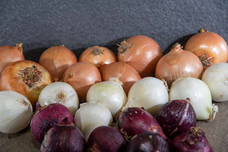 Onion is the popular name of the plant whose scientific name is Allium cepa. Condiment for seasonings. Culinary ingredient. Human food. Fresh onions. Banco de Imagens