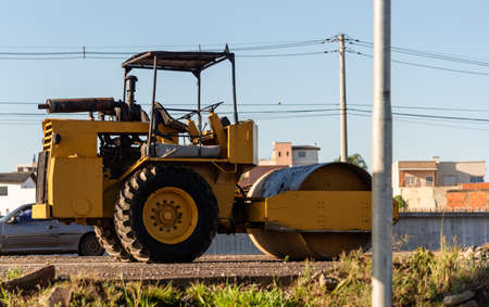 Smooth or Single-drum roll. Better known as Smooth Roller, the single-drum or vibratory single drum roller is intended for base compaction - usually for earthwork or asphalt work.