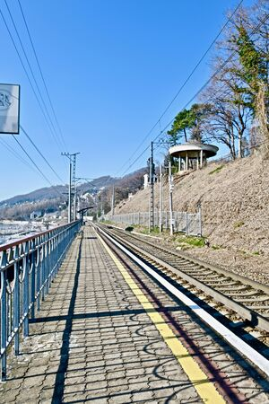 railway with a tunnel along the slope on the coast Banque d'images