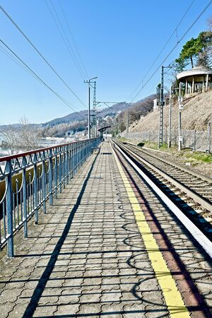 railway with a tunnel along the slope on the coast Foto de archivo