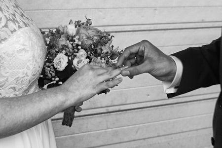 Ein Schwarz-Weiß-Foto einer Hochzeit Standard-Bild - 99431925