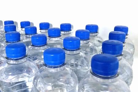Wasserflaschen Standard-Bild - 98046813