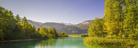 Beautiful panoramic view near Lungern, Switzerland. Lake and park, mountains and forest, sunny day, autumn. Stockfoto