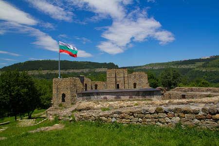 veliko: A view on bulgarian castle in Veliko Tarnovo with national flag
