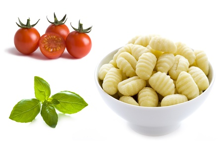 basil leaves, cherry tomatoes and gnocchi in a bowl 版權商用圖片