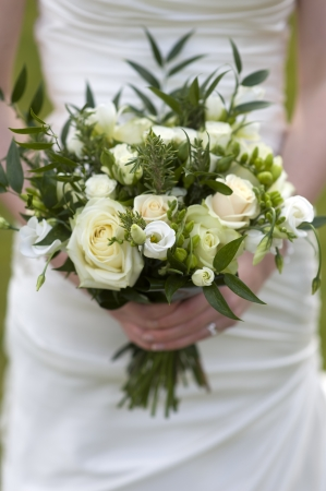 bride holding a bouquet of flowers with roses 版權商用圖片