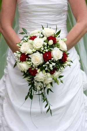 Braut hält einen Blumenstrauß an ihrem Hochzeitstag Lizenzfreie Bilder